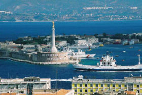 Le port de Messine et la Calabre en arrière-plan