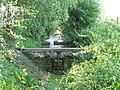 Milčický potok, malá přehrada v Chotouni před rybníkem.JPG