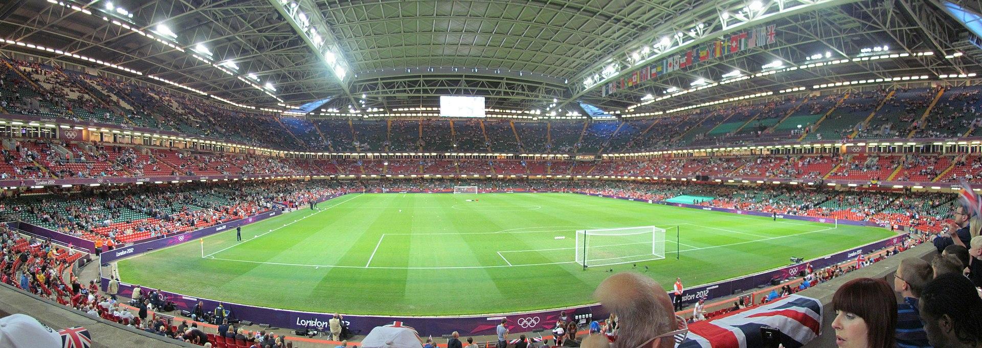 Imagen panorámica del Millennium Stadium con el techo cerrado en un partido de fútbol de los Juegos Olímpicos de Londres 2012.
