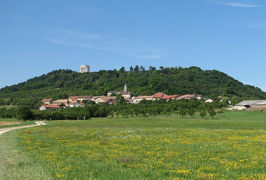 Le village de Montsec dans la Meuse, avec le mémorial américain au sommet de la butte