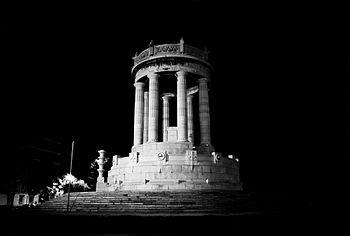 Monumento ai Caduti in notturna.jpg