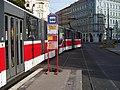 Náměstí Kinských, tramvaj přejíždí californien.jpg