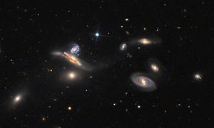 Aufnahme der Galaxien NGC 3745, NGC 3746, NGC 3748, NGC 3750, NGC 3751, NGC 3753 und NGC 3754 mit dem 81-cm-Spiegelteleskop des Mount-Lemmon-Observatoriums. Diese Gruppe wird auch als Copelands Septet bezeichnet. NGC 3748 befindet sich oben im rechts abgebildeten Tripel.
