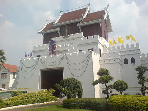 Ya Mo Entrance Gate at the junction of Ratchadamnoen Rd and Hwy 224 Nakhonratchasima.JPG