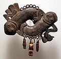 Nigeria, regno del benin, edo, pendente con due anfibi intrecciati, xvii-xix secolo ca.jpg