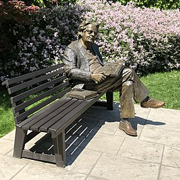 Statue of Northrop Frye sitting on a bench at the University of Toronto
