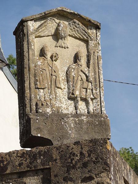 Ollières (Spincourt, Meuse) croix sur le mur du cimetière, verso (saints Cosme et Damien)(saints Cosme et Damien)