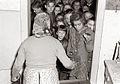 Otroci pri delitvi malice v Mariboru 1956.jpg