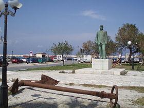 Ανδριάντας Π. Πρωτοπαπαδάκη, στη παραλία της γενέτειράς του, Νάξο