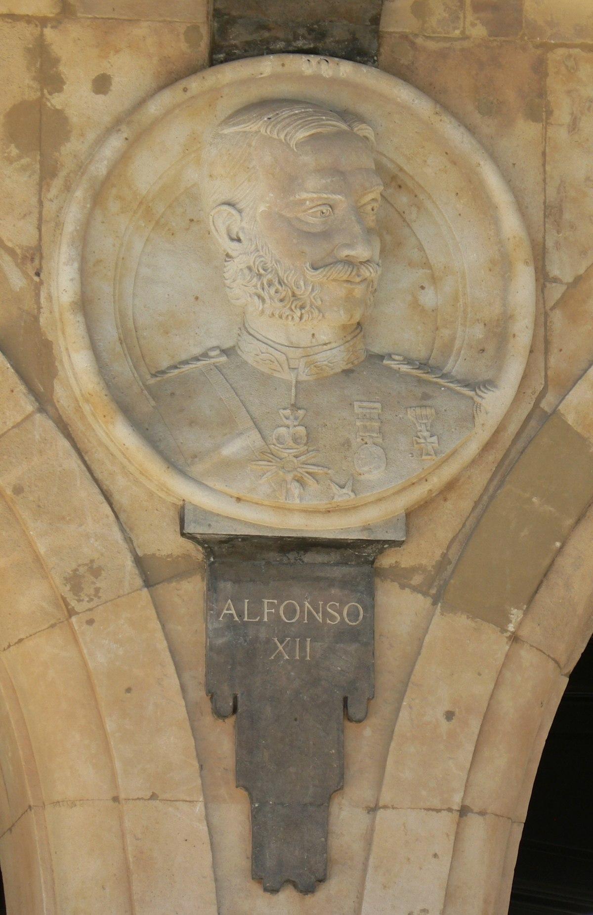 Pabellón Consistorial medallón 20 Alfonso XII.JPG