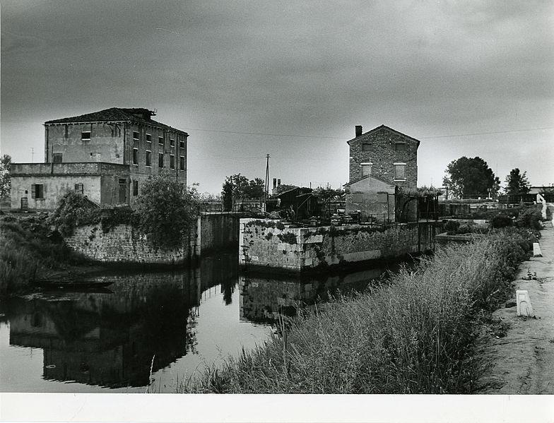 File paolo monti servizio fotografico italia 1965 for Materiale fotografico milano