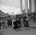 Parijs. Gelovigen verlaten op palmzondag de St. Maria Magdalenakerk - de Madelei, Bestanddeelnr 254-0530.jpg