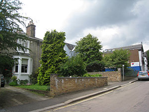 Murder of Julia Martha Thomas - View of buildings in Park Road, Richmond, associated with the murder of Julia Martha Thomas. (Left: the former Mayfield Cottages, where the murder took place; centre behind trees, the house of the naturalist Sir David Attenborough; right, the former Hole in the Wall pub, where Thomas' skull was discovered on 22 October 2010)