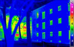 La thermographie montre dans l'infra-rouge que la construction passive (à droite) perd beaucoup moins de calories (couleurs chaudes) qu'une construction classique (au fond).
