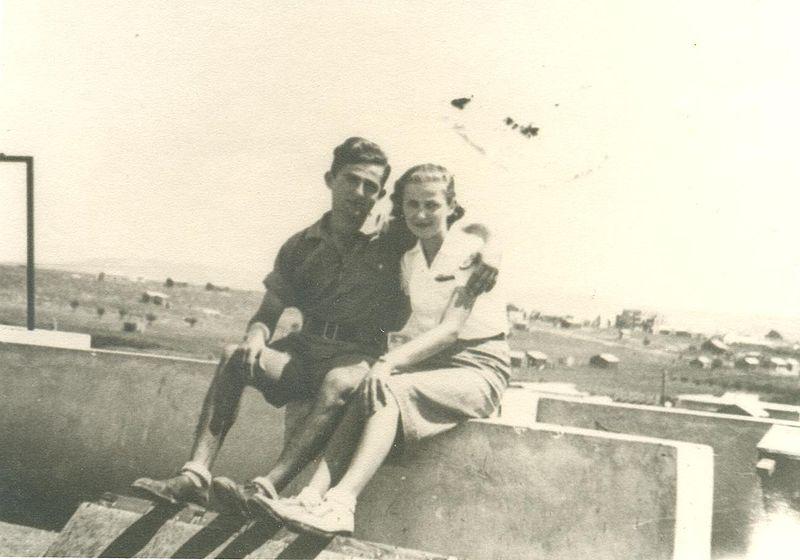 הניה ואברהם גרינבלום על גג ביתם בכפר אתא