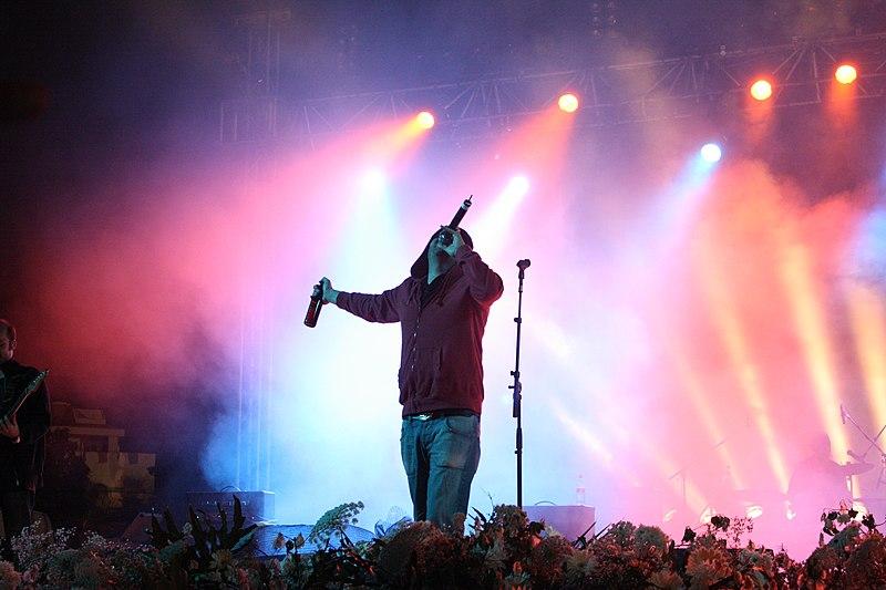 על הבמה