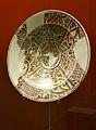 Plat, pisa de reflex daurat, segle XVII, museu de Ceràmica de València.JPG