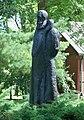 Pomnik kochanowskiego w czarnolesie profil.JPG