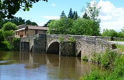 Pont gothique St Ouen- sur- Gartempe.JPG