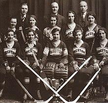 Photographie en noir et blanc d'une équipe féminine de hockey sur glace