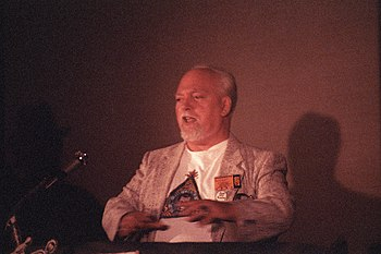 English: Robert Anton Wilson speaking at the P...