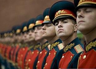 La guardia d'onore russa saluta l'ammiraglio Michael Mullen, capo degli Stati Maggiori Riuniti delle forze armate statunitensi, durante la cerimonia di deposizione dei fiori sulla tomba del Milite Ignoto a Mosca, il 26 giugno 2009