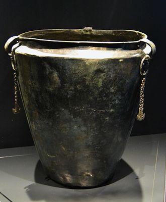 Situla - Image: Sítula de bronze, vaixella per a beure, tomba 504 de Hallstatt