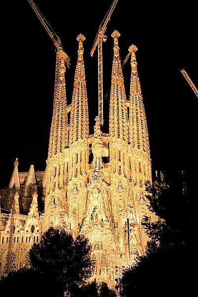 https://upload.wikimedia.org/wikipedia/commons/thumb/f/f2/Sagrada_familia_by_night_2006.jpg/400px-Sagrada_familia_by_night_2006.jpg