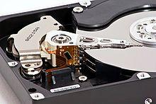 Жесткий диск внутри: дисковые пластины и магнитные головки.  На жестких дисках данные располагаются на магнитной...