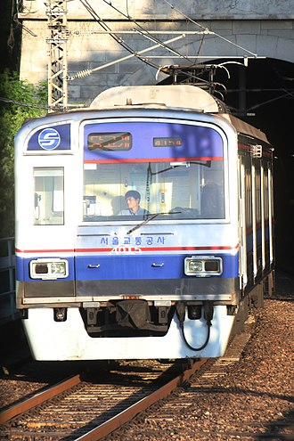 Seoul Subway Line 4 - Image: Seoul Metro Line 4 train arriving at Dongjak