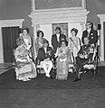 Statiefoto van Koninklijke familie, voorste rij HM, Koning Nepal, Koningin Nepal, Bestanddeelnr 920-2636.jpg