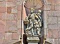 Statue de Saint Wandelin, sur la façade de l'église.jpg