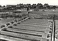 T Poldertje. Funderingen voor de bouw van 130 woningen, in het Poldertje, te Spaarndam noord, ziende naar het zuiden. Aangekocht in 1979 van fotograaf C. de Boer. - Negatiefnummer 18463 k. -, NL-HlmNHA 1478 25900 K 38.JPG