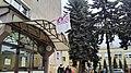 Tomaszów Mazowiecki w wojewóztwie łódzkim. Flaga ZNP (Związek Nauczycielstwa Polskiego), nad wejściem do jednej ze szkół w mieście. PL, EU, CC0.jpg