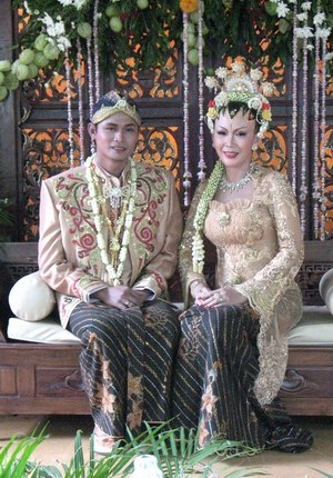 Javanese people - Image: Traditional Javanese marriage costume