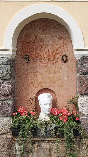 Luis Trenker - Image: Trenker memorial plaque Urtijëi