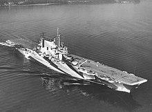 Черно-белый аэрофотоснимок военного корабля