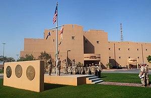 US Navy 050816-N-9563N-006 Nova ĉefa serĝento (CPO) selektitoj elfaras matenkolorojn sur estraro Naval Support Activity (NSA) Bahrain.jpg