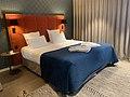 Un lit - hôtel Les Nomades (Beaune).jpg