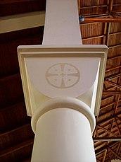 Detalle de una de las columnas de la Abadía, con la Medalla de San Benito impresa