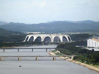 320px-Views_from_Yanggakdo_International