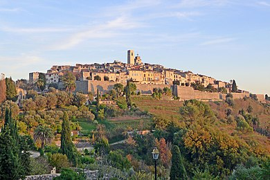 Hill upon which the village of Saint-Paul-de-Vence is built, in Southern France Vue du village de Saint-Paul-de-Vence depuis la route de La Colle.jpg
