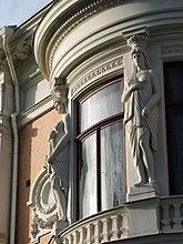Fil:Wernerska villan Gbg bojda fonster och skulpturer.jpg