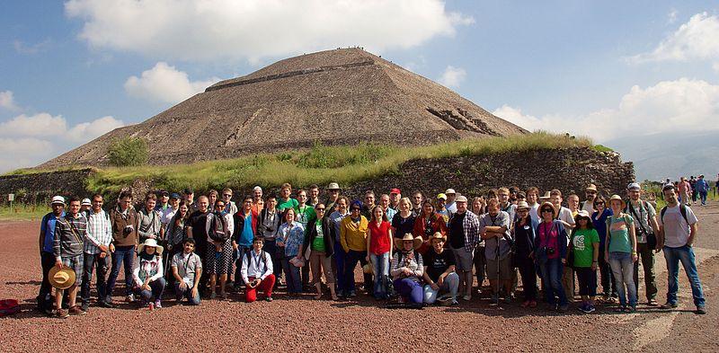 Позаду — піраміда Сонця, Теотіуакан. Автор фото — Mike Peel (www.mikepeel.net). [CC BY-SA 4.0]