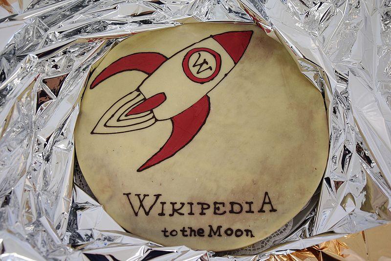 File:Wikipedia to the Mondkuchen.jpg