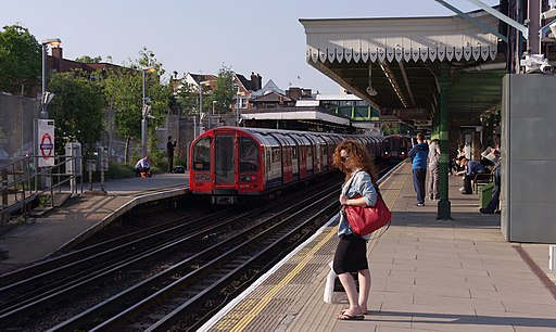 Woodford tube station MMB 02 1992 Stock