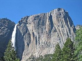 Yosemite Falls, the Lost Arrow, and Yosemite Point. - panoramio.jpg
