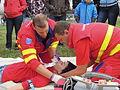 ZZS MSK, záchranáři, zajištění krční páteře a transport na scoop rámu (03).jpg