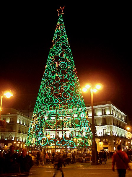 File:Árbol navideño luminoso en Madrid 03.jpg