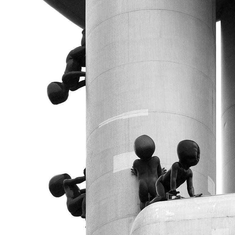 Les bébés cauchemardesque de David Cerny, des fantomes aveugles condamnés à monter et descendre cette tour. Photo de Raimond Spekking